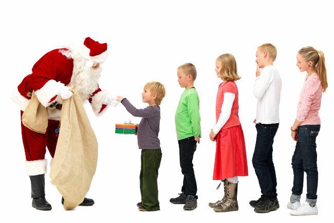 Дед Мороз дарит подарки детям