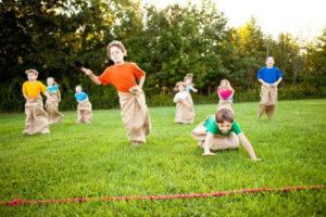 дети играют на улице