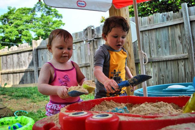 дети играют на даче