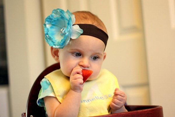 ребенок девочка ест клубнику