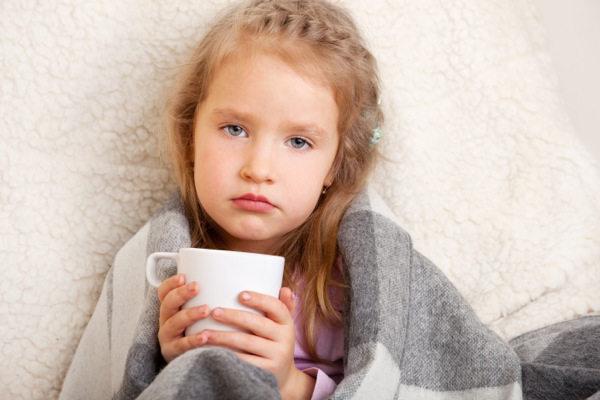 девочка пьет горячий чай