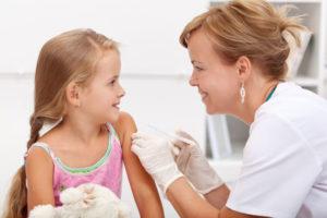 девочке дают прививку