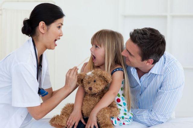 доктор осматривает горло ребенку