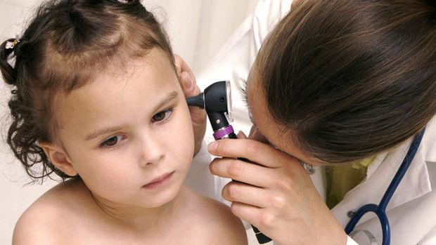 доктор осматривает ухо ребенку
