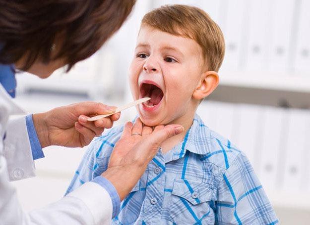 доктор осматривает горло у ребенка