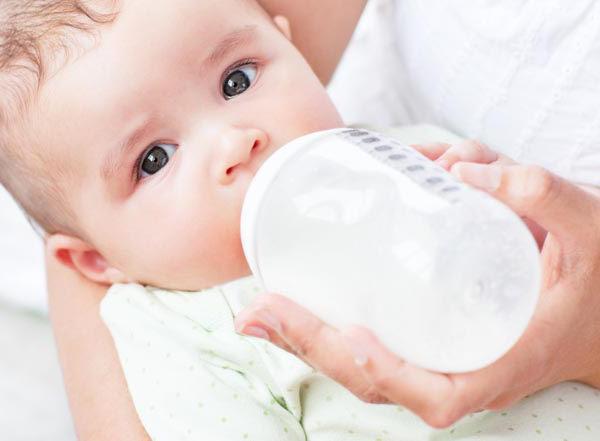 мама кормит ребенка из бутылочки