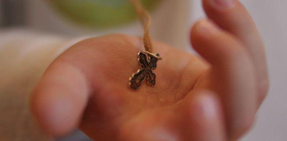 крестик в руке ребенка