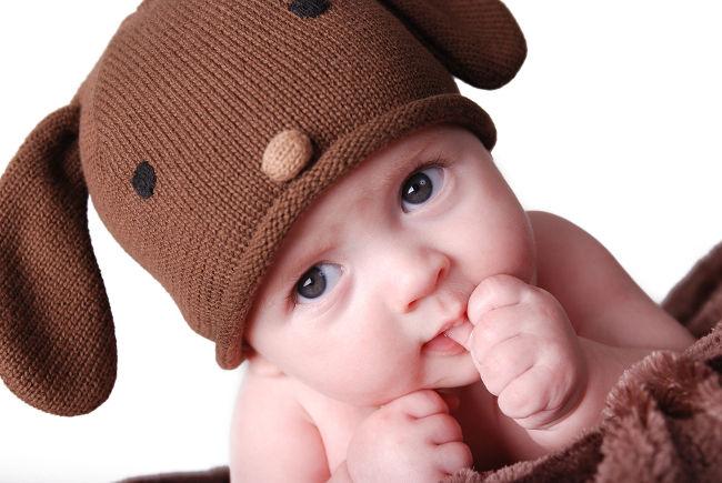 малыш сосет палец