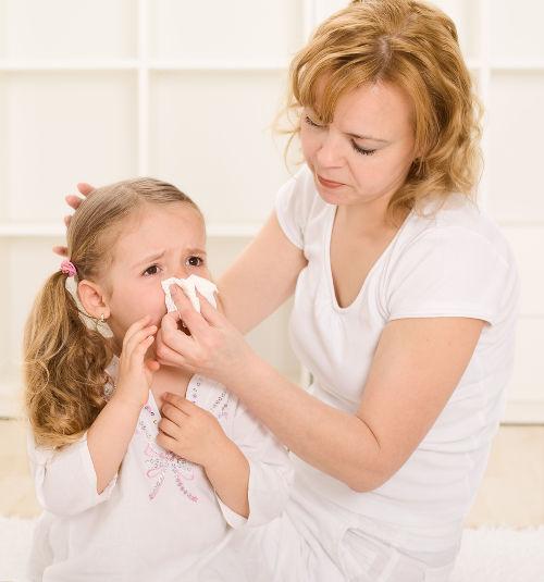 мама и ребенок у которого заложен нос