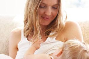 мама кормит ребенка грудным молоком