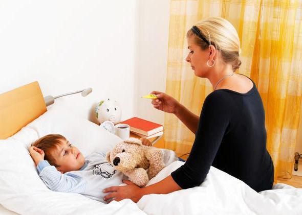 мама мкряет температуру ребенку