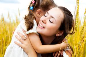 поле мама обнимает ребенка