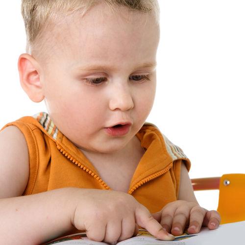 ребенок читает и говорит