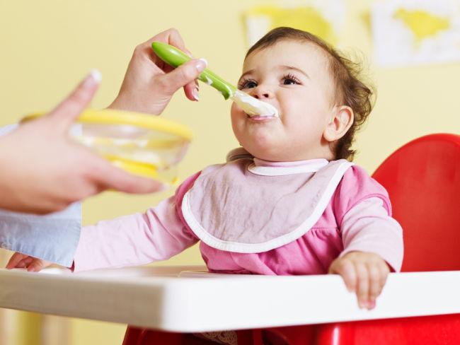 ребенок ест прикорм с ложечки