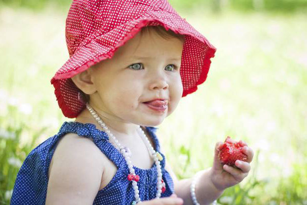 ребенок ест клубнику
