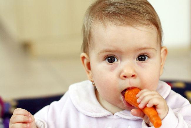 ребенок ест морковку