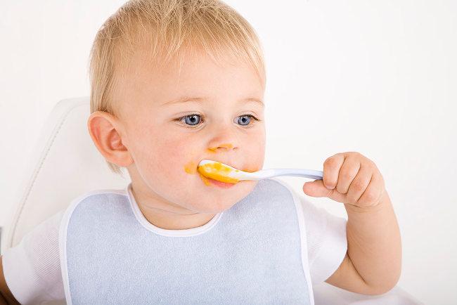 ребенок ест прикорм