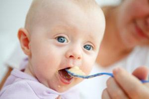 ребенок ест пюре с ложечки