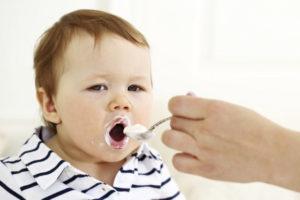 ребенок ест йогурт