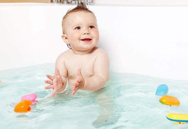 ребенок купается в ванне