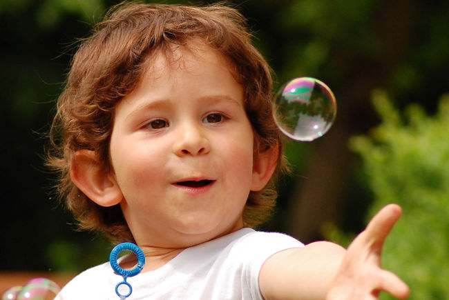 ребенок пускает мыльные пузыри