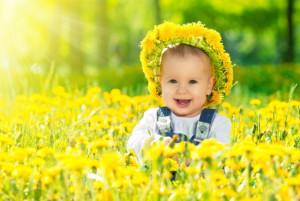 ребенок на поле в цветах