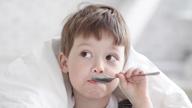 ребенок пьет мекстуру от кашля