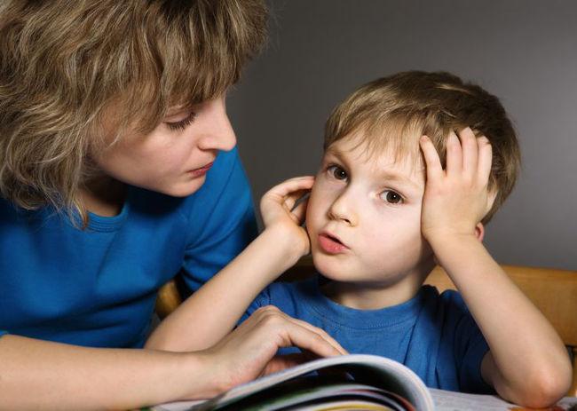 ребенок читает книгу