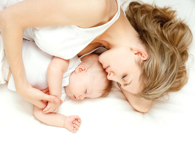 ребенок спит с мамой