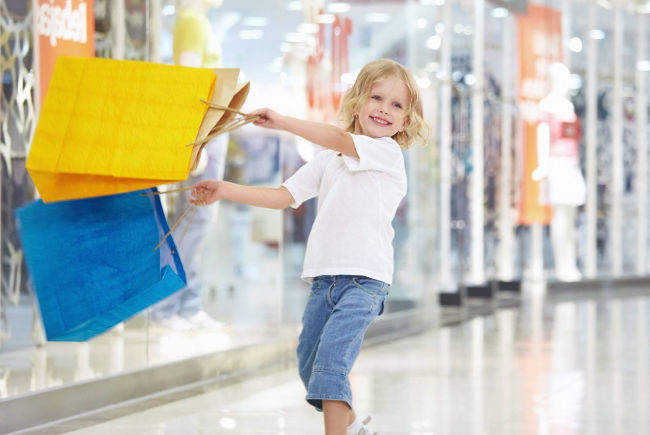 rebenok-v-ребенок в супермаркете