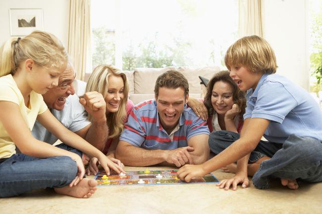 семья играет в настольную игру