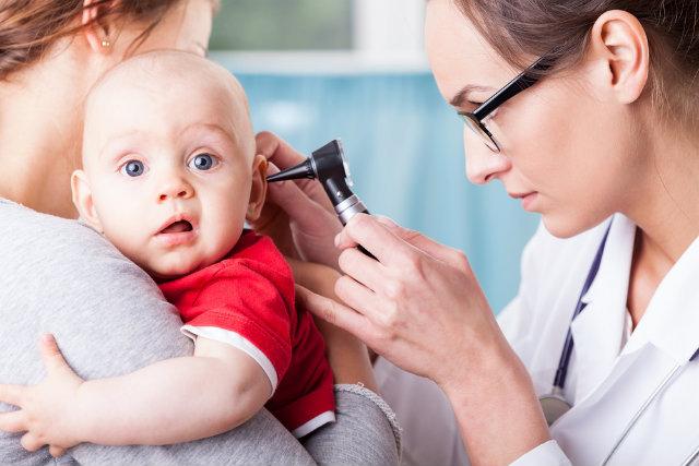 врач осматривает ухо у ребенка