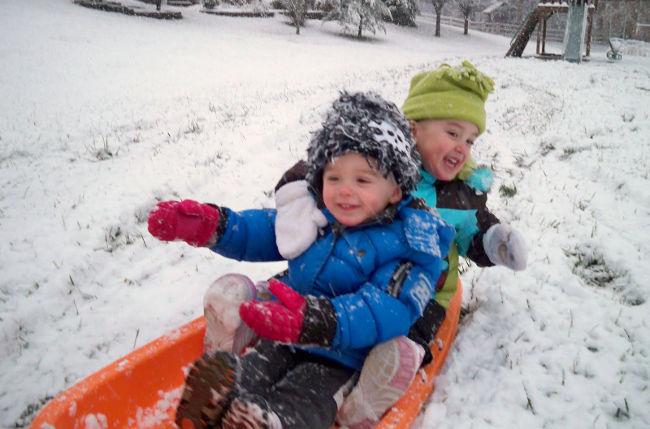 дети играют зимой