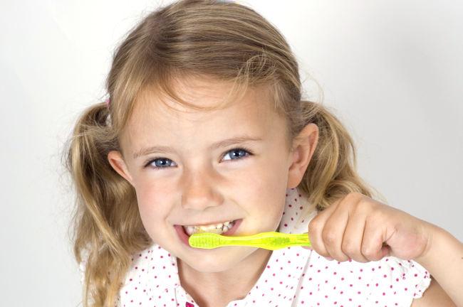 ребенок чистит зубы зубной щеткой
