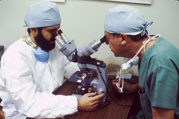 Микроскопия, лаборанты врачи смотрят в микроскоп
