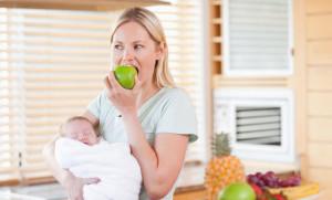 кормящая мама ест яблоко