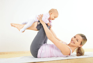 кормящая мама занимается фитнесом
