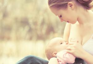 кормит грудью ребенка