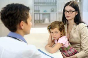 Девочка с мамой на приеме у врача