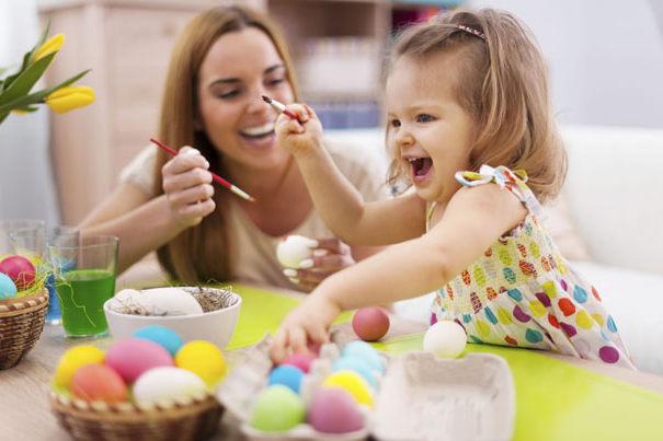 мама и ребенок рисуют пасхальные яйца