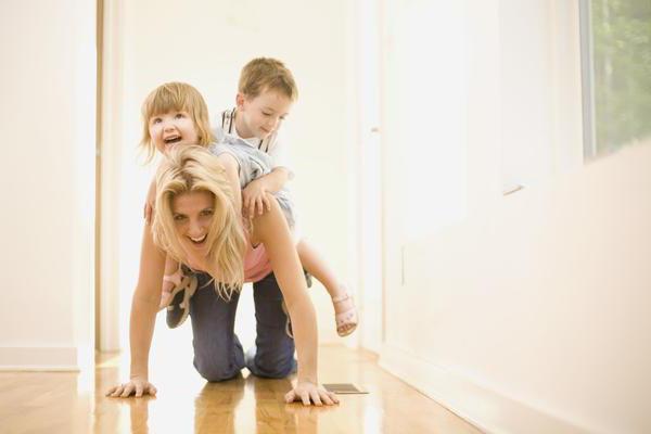 мама и дети играют