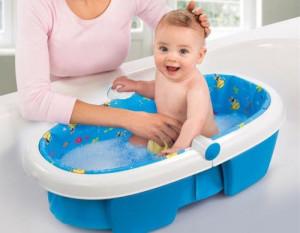 мама купает ребенка