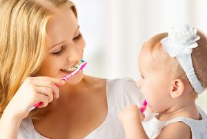 мама и ребенок чистят зубы