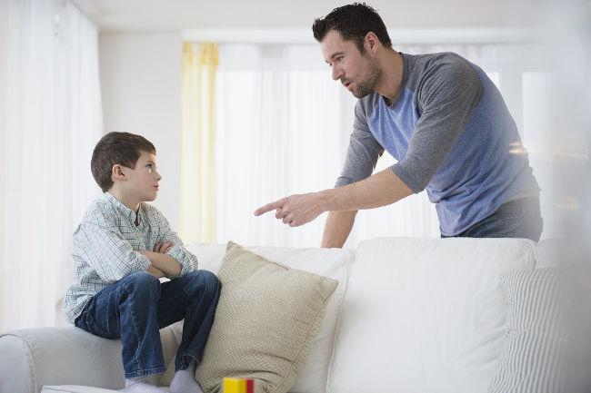 папа говорит с ребенком