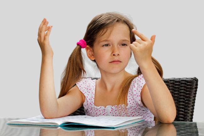 ребенок считает на пальцах
