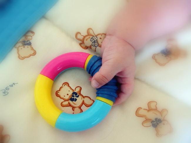 ребенок держит игрушка