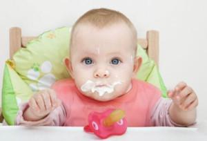 маленький ребенок ест