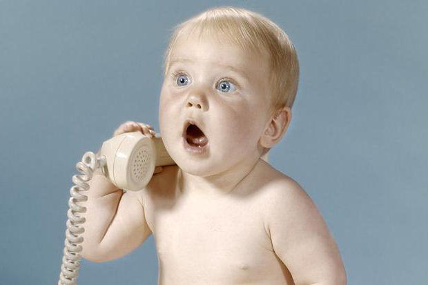 ребенок говорит по телефону