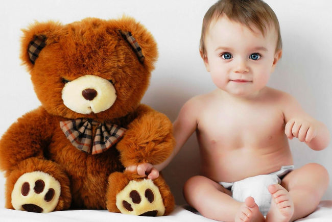 ребенок и плюшевый медведь