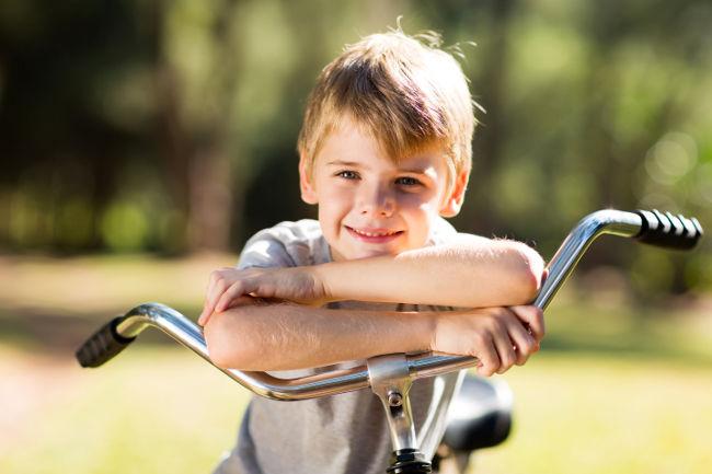 ребенок и велосипед